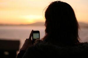 meisje met mobiel